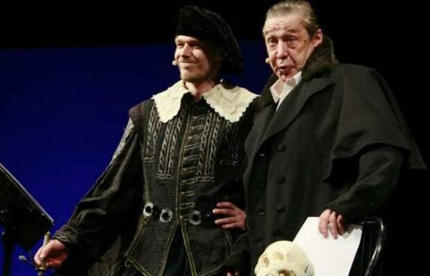 Никита с отцом на сцене театра | Фото: uznayvse.ru