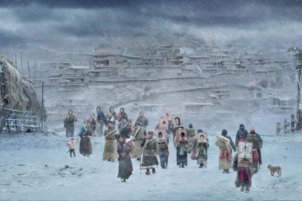 Ганнан, Китай: Местные тибетские буддисты совершают паломничество в монастырь Лабранг. Паломники совершают шествие вдоль дороги, делая три или пять шагов между каждым поклоном. Фотография: He Jian.