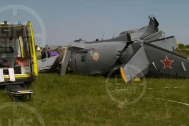Самолет со спортсменами рухнул сразу после взлета, много погибших: первые кадры трагедии