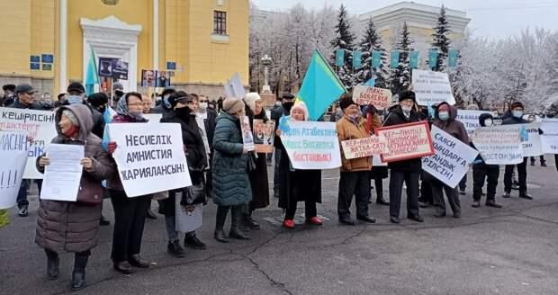 Около ста человек вышли на митинг в центре Алматы