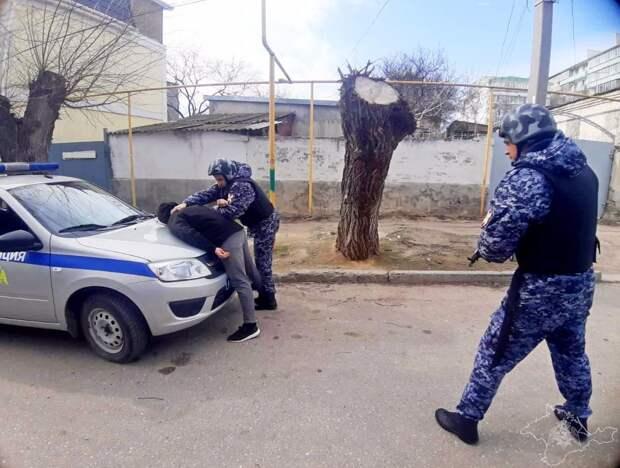 В Москве росгвардейцы задержали мужчину в форме с партией наркотика