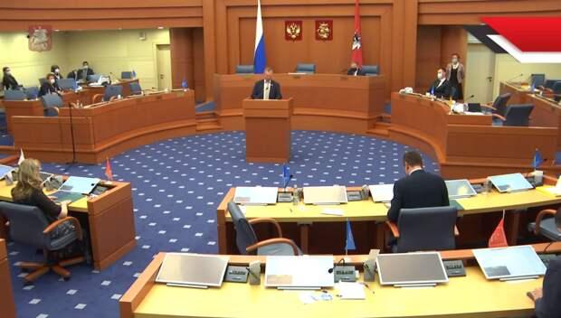 На трансляции, которая есть в свободном доступе, видно – зал практически пустой, и отсутствуют там почти все представители именно «Единой России».