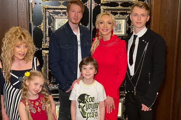Алла Пугачева с дочерью Лизой и сыном Гарри и Кристина Орбакайте с сыновьями Никитой и Дени