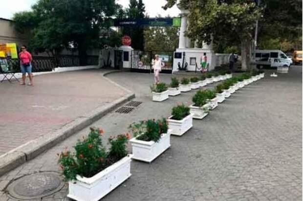 В Севастополе перегородили проезд бетонными клумбами