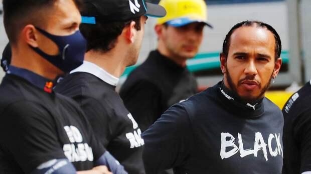 Хэмилтон предъявил претензию гонщикам, которые отказываются вставать на колено. Среди них россиянин Квят