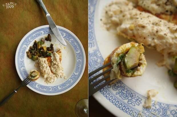 Омлет с авокадо и луковым соусом