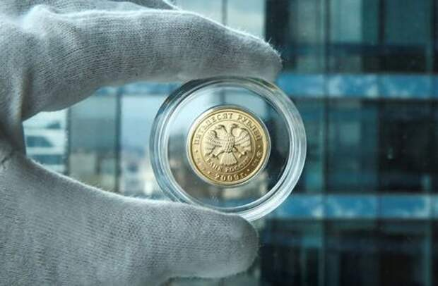 A gold Russian rouble bullion coin is seen in this photo illustration taken in Moscow, Russia, August 4, 2017. Picture taken August 4, 2017. REUTERS/Maxim Shemetov/Illustration