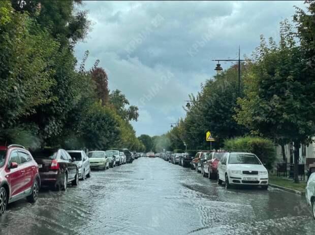 В Симферополе сильный ливень и ветер, дороги превращаются в реки. ФОТО, ВИДЕО