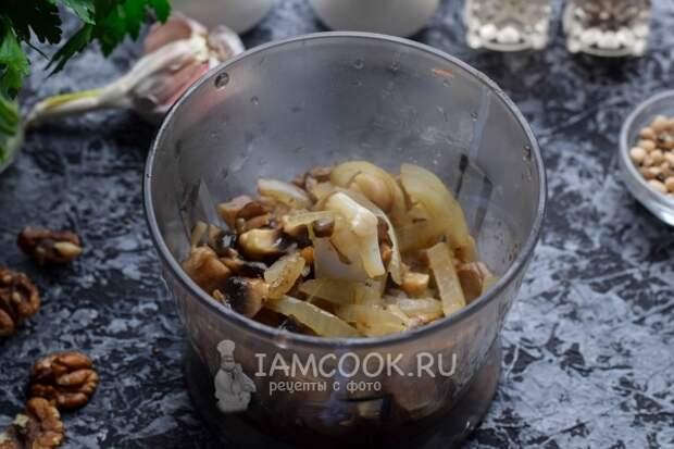 Положить в блендер грибы с луком