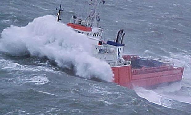 Корабль переваливает через цунами в открытом море