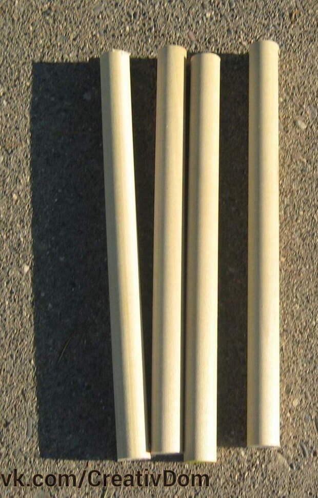 Распилите круглый брусок на четыре равные части (длина выбирается в зависимости от необходимой высоты стола).