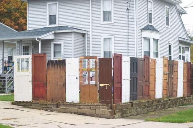 Удивительный способ использования старых дверей для участка