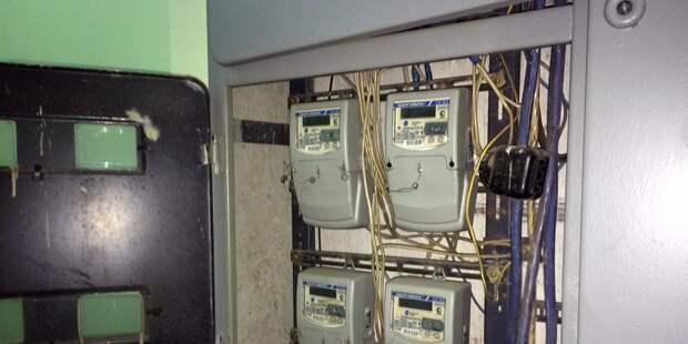 В доме на Бестужевых починили короб для электропроводки