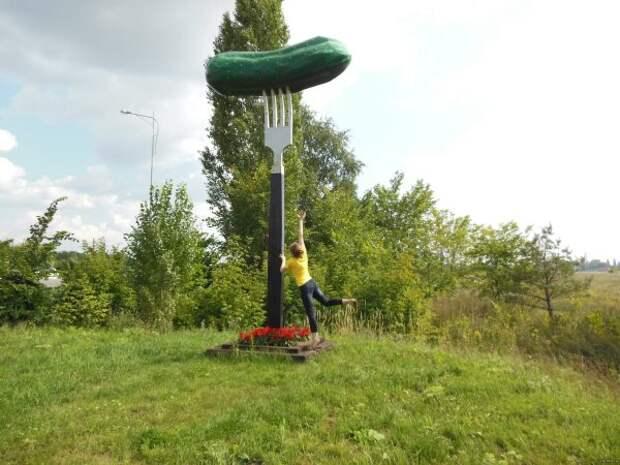 Памятник «Огурец на вилке», Старый Оскол, Белгородская область