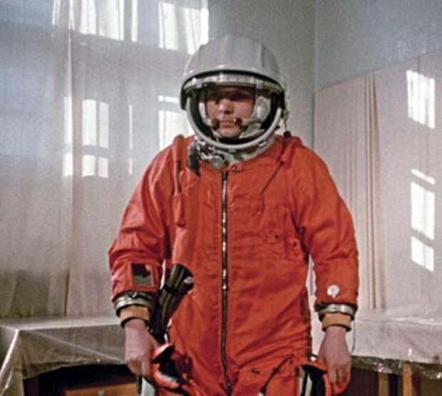 12 апреля 1961 года. Ю.А. Гагарин после надевания скафандра. Кадр рабочей киносъемки