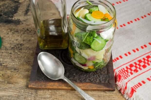 Воду с банки сливаем, добавляем уксус к овощам
