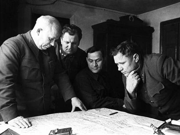 Слева направо: Никита Хрущев, генерал Алексей Кириченко, Алексей Чуянов, генерал Андрей Еременко Wikimedia/архив «РИА Новости»