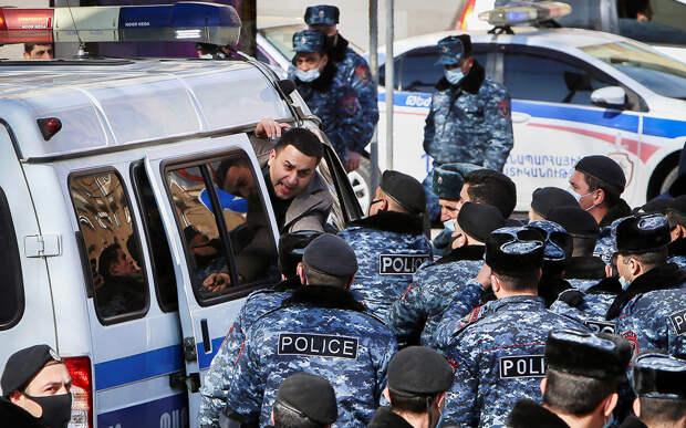 Сотрудники полиции задерживают участников акции протеста, выступающих против премьера Армении Никола Пашиняна, у правительственного здания в Ереване