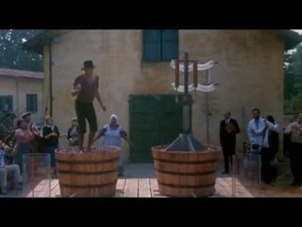 Адриано Челентано танцует выжимая сок из винограда - х.ф Укрощение строптивого