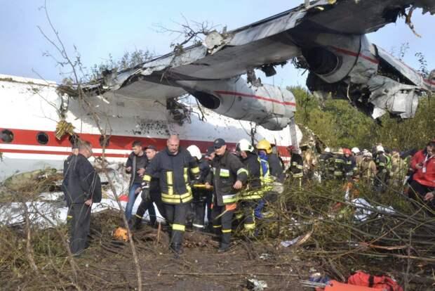 Пятеро погибших и трое раненых: что известно об аварийной посадке Ан-12 на Украине