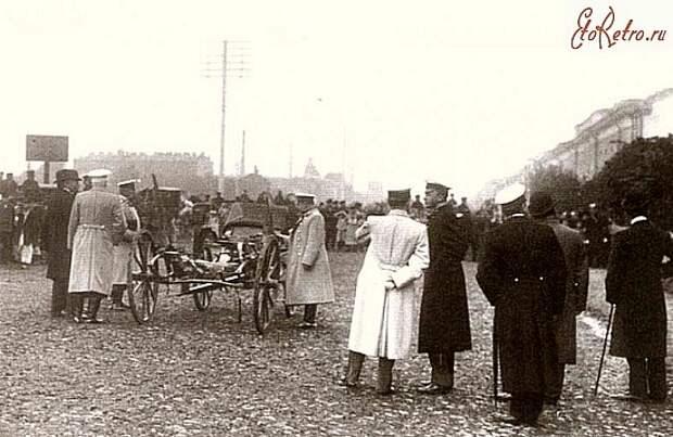 Полицейские чины рассматривают взорванную коляску министра В.К.Плеве