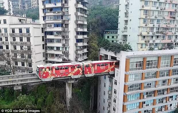 Пути поезда в Китае проложены через жилой дом (6 фото)