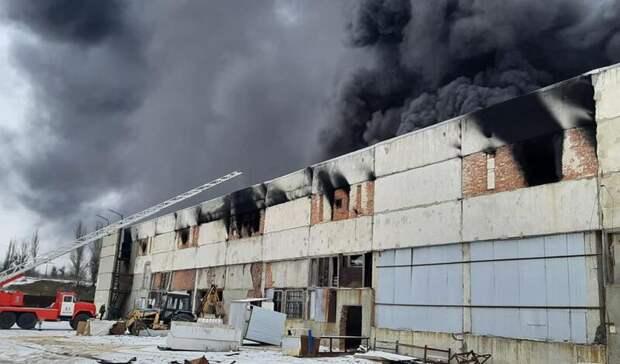 Площадь пожара назаводе вШахтах увеличилась до900 квадратныхметров