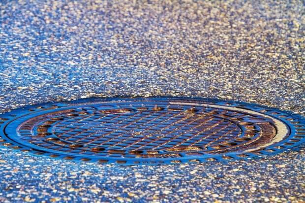 На улице Трофимова просел канализационный люк