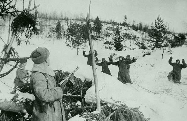 Сдающиеся в плен немецкие солдаты выходят к позиции красноармейцев. Великая Отечественная война, Советский народ, история