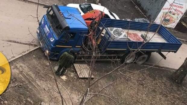 Грузовик провалился вяму нагазоне вРостовской области