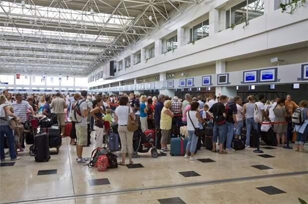 Туристы в аэропорту Антальи.