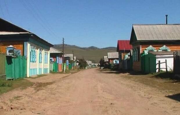 А вот русская деревня. Сразу видно, что принарядили ее для туристов. Правда, туристы до нее просто не доезжают