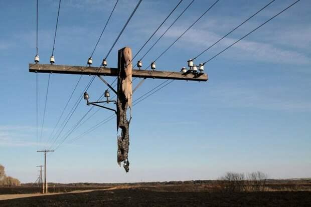 Сгоревший телеграфный столб