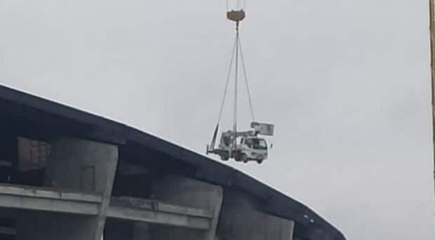 На стройке нового ЛДС в Новосибирске упала автовышка