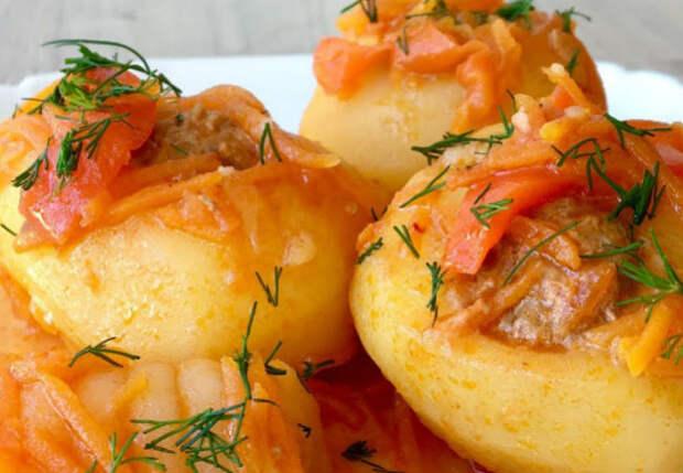 Вырезали в картошке середину и заполнили начинкой: сочный ужин из простых продуктов