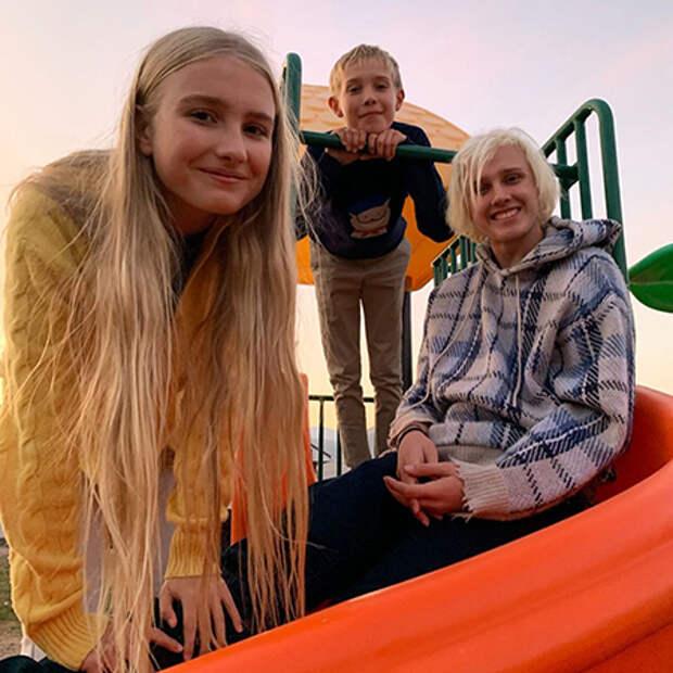 Лукас Портман с сестрой Невой и братом Виктором