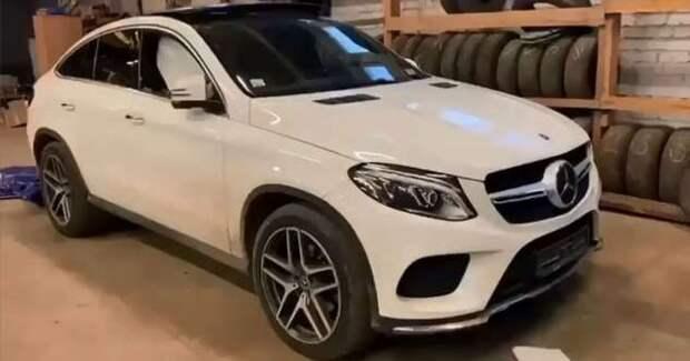Последствия взрыва колеса у фуры рядом с кроссовером Mercedes (1 фото + 1 видео)
