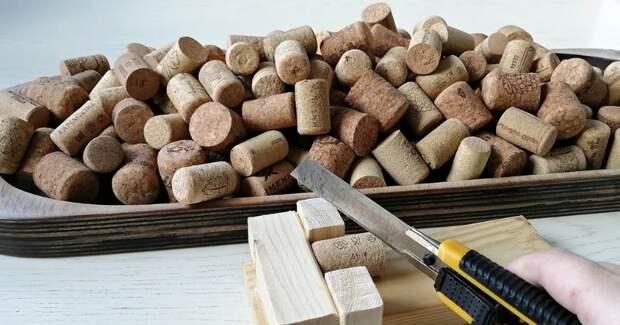 Остатки фанеры и винные пробки мастерица применила с пользой