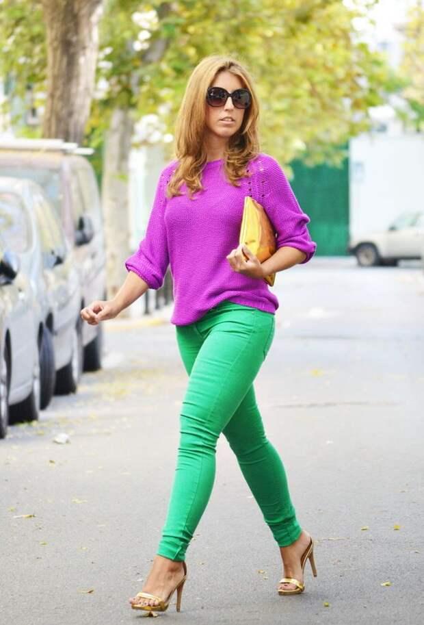 С чем носить яркие брюки ранней осенью 2021: модные сочетания