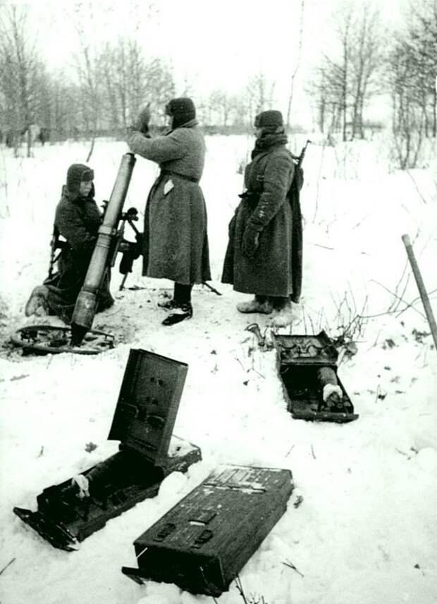 Расчет советского 107-мм полкового горно-вьючного миномета образца 1938 года на позиции во время битвы за Москву. Зима 1941 — 1942 гг. Великая Отечественная война, Советский народ, история