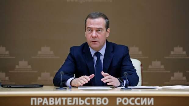 Медведев поблагодарил врачей за их труд и мужество в День медработника