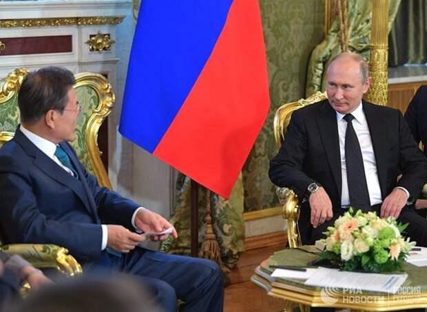 Владимир Путин во время беседы с президентом Республики Корея Мун Чжэ Ином. РИА Новости