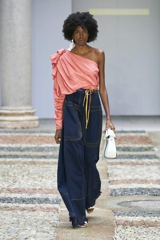Самые трендовые джинсы 2021 года: фото новинок с модных показов