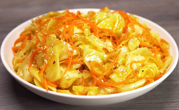Обычно по-корейски делают морковь, но рецепт подходит и для капусты: овощ моментально превращается в деликатес. Готовим