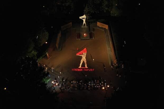 В Сквере Победы Ижевска волонтеры выложили 15-метровую «огненную» картину