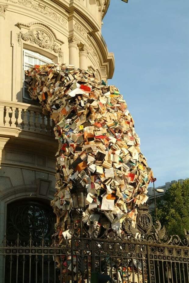 """Скульптура """"Падающие книги"""", автор- Алисия Мартин."""