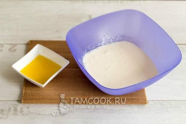 Влить кефир, сметану и масло