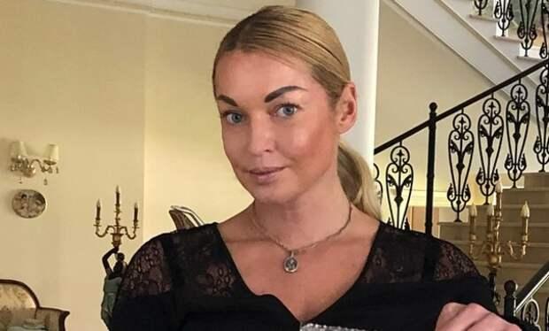 Волочкова приоткрыла часть лица своего жениха