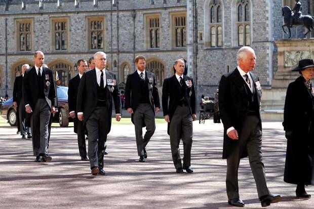 Принц Чарльз (вместе с принцессой Анной) возглавляет похоронную процессию принца Филиппа