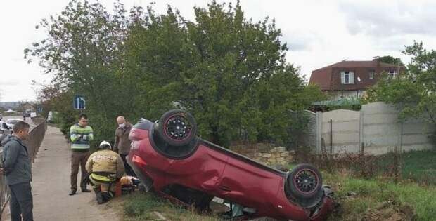 В Симферополе «Ниссан» опрокинулся на крышу в результате ДТП